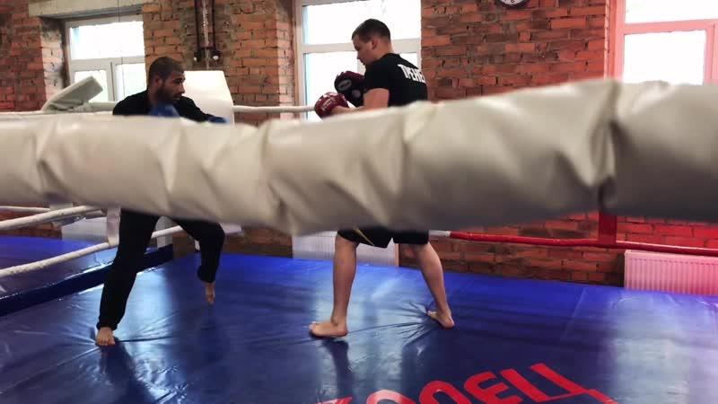 Казанцев Никита тренер по боксу фитнес клуба Ратиборец расскажет и покажет несколько атакующих комбинаций в боксе