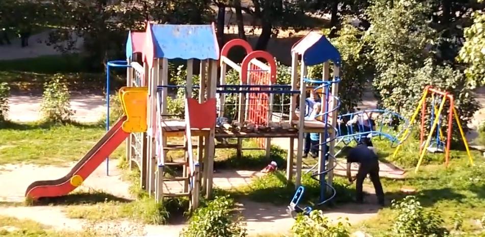 Демонтаж детской площадки напротив Корабельная, 20 в Дядьково