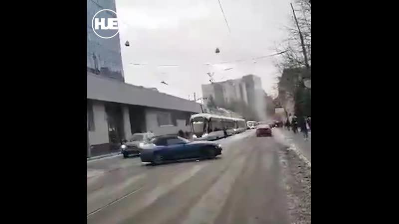 Маленький протест главы большой семьи мужчина парализовал движение фурой на Бауманской
