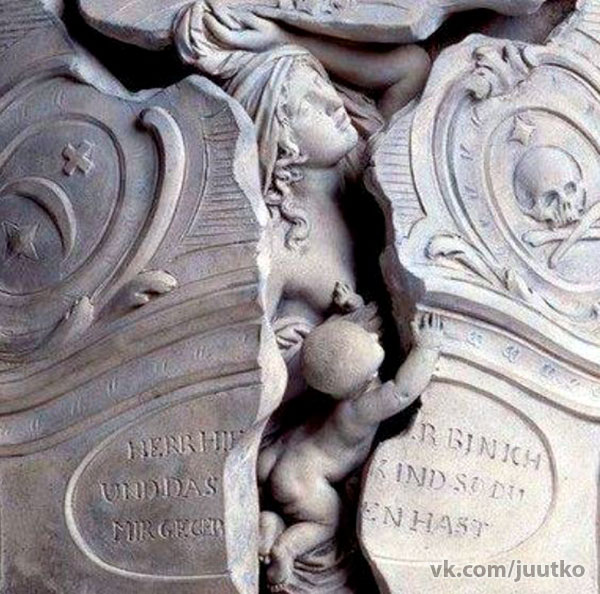 Мария Магдален Лангханс - жена священика  из Хиндельбанк, Швейцария. Она умерла при родах. Это её надгробная плита.