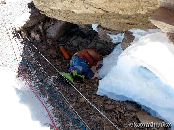 Трупы людей, которые не дошли до Эвереста очень часто оставляют во льдах так и не спустив с горы... Выглядит очень