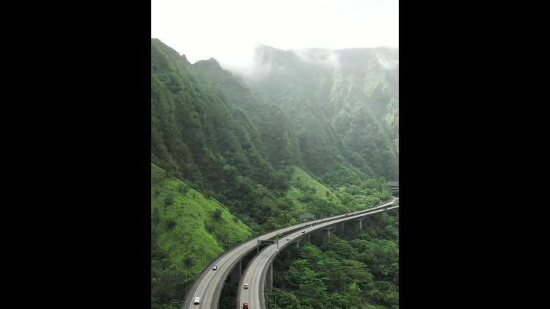 Highway in the Mountain valley in Hawaii Шоссе в горной долине на Гавайях