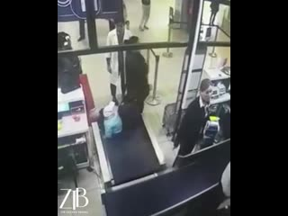 Женщина накинулась на сотрудницу авиакомпании.mp4