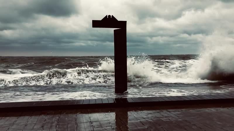 21.11.2019 Одесса-мама - Чёрное море штормит (возле памятника-двери - Дом Солнца )