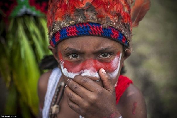 Фото с ежегодного фестиваля Горока Раз в году более сотни народностей собирается на самом крупном и известном мероприятии Папуа Новой Гвинеи фестивале Горока. В рамках этого колоритного события