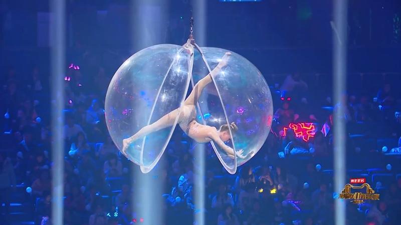 Выступление русско-китайского дуэта акробатов в Шанхае на шоу Tmall 11/11 Shopping