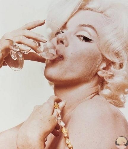 «Манхэттен» и «Водкатини»: любимые напитки знаменитых женщин У каждой Великой Женщины есть свои маленькие слабости. Мы узнали рецепты любимых алкогольных коктейлей Одри Хепберн, Мэрилин Монро,