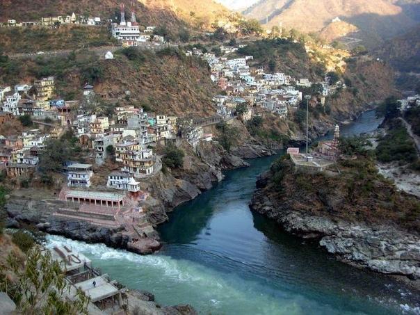 16 поразительных мест на Земле, где видна граница между водными пространства ми. Часть 2 9. Алакнанда и БхагиратхиМесто слияния рек Алакнанда и Бхагиратхи в Девапраяге, Индия. Алакнанда тёмная,