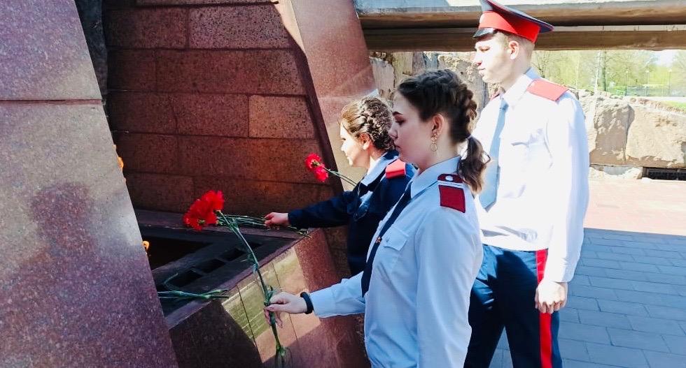 Студенты-казаки возлагают цветы к Вечному огню в Твери