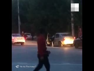 Неадекватные пассажиры прыгают на крыше ростовской легковушки