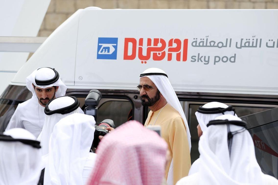 Mohammed Ibn Rashid Al Maktoum cùng con trai Hamdan trong bối cảnh Sky Pods