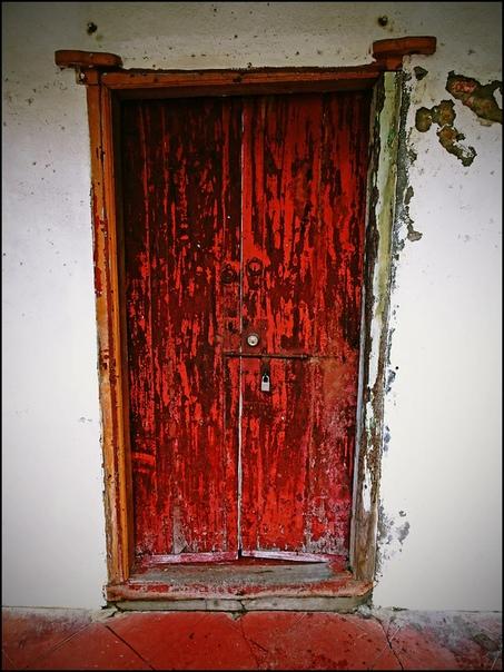 Один мальчик пошёл к гадалке, и гадалка ему сказала: Никогда не заходи в красный дом! В любые другие заходи, а в красный нет. А если зайдёшь не заходи в комнату с чёрной дверью! А если зайдёшь