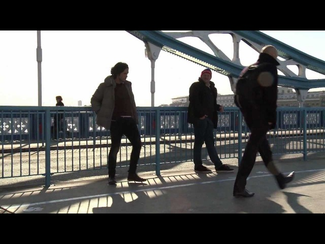 I kveld med Ylvis Sparker folk i LONDON Kicking random people