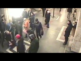 Московский курсант МВД задержал в метро женщину с ножом