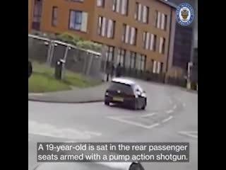 В британском Ковентри двое участников местной банды 19 и 15 лет расстреляли в спину другого 19-летнего из авто средь бела дня.