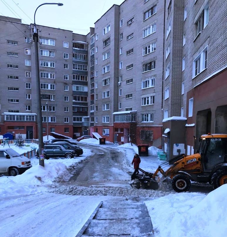 Уборка снега с придомовой территории МКД Кольцова 11.