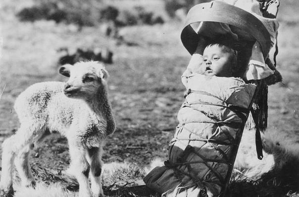 Для индейцев родительство всегда было одним из самых главных занятий в жизни С рождения ребенка окружали материнская забота и внимание. С помощью мант (специальных перевязок для ношения
