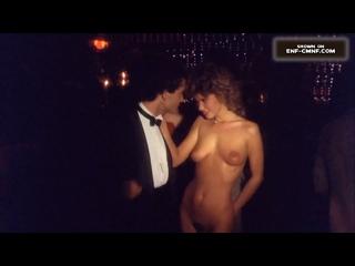 OON-NiP-CMNF-отрывок из фильма – голая девушка танцует с мужчиной в деловом костюме на людной дискотеке