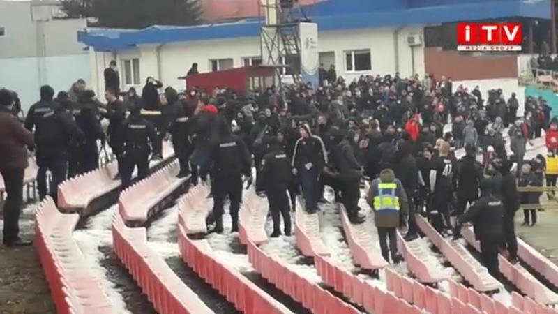 """Вболівальники рівненського """"Вереса"""" під час матчу з """"Зорею"""" закидали поліцію петардами"""