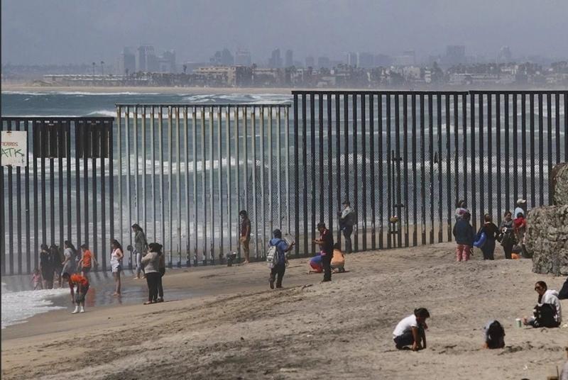 «Нам не нужны эти безумные BLMщики»: Мексика построит стену на границу с США