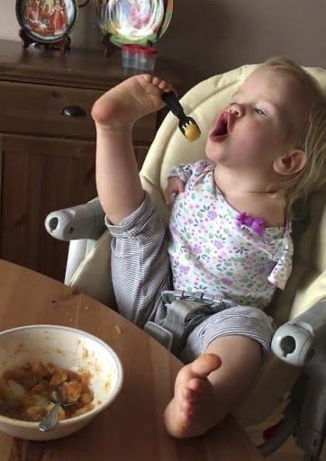 Василина появилась на свет без рук, но она без проблем умеет самостоятельно кушать, рисовать и даже мыть посуду Малышка родилась с редкой патологией, но при этом она обладает огромной силой