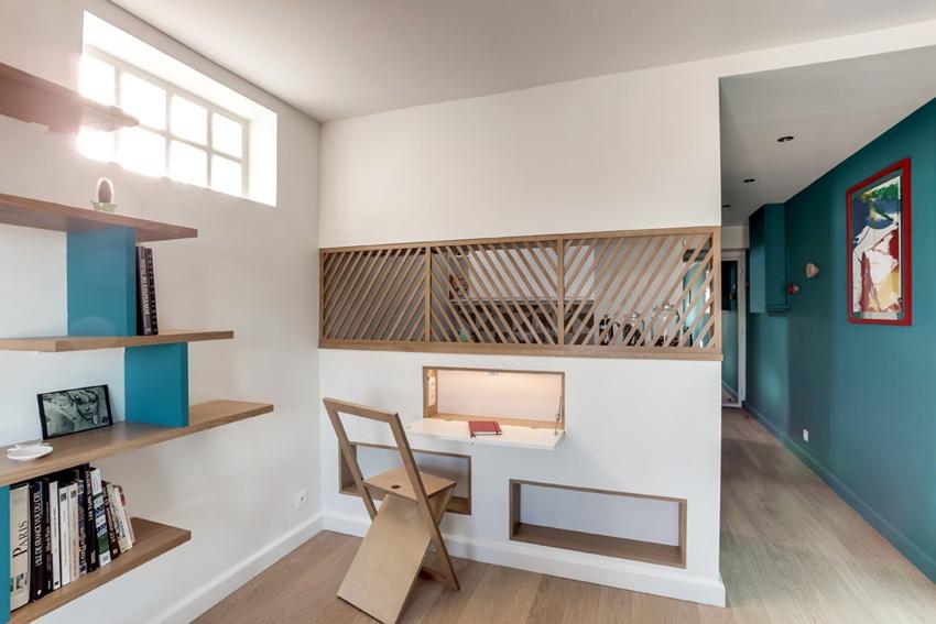Интерьер студии 30 м в Париже с частично отгороженной кухней.