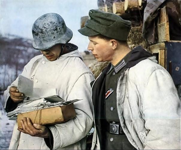 Немецкие солдаты на Восточном фронте получают почту