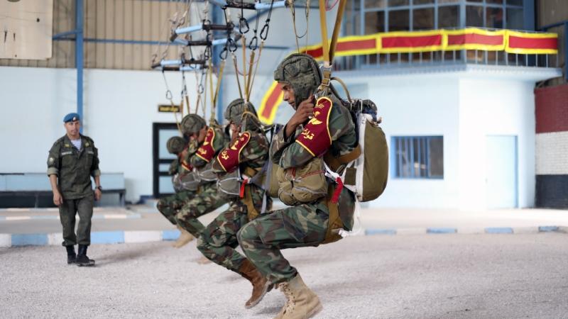 Российские инструкторы ВДП готовят египетских десантников к совершению прыжка на российских парашютных системах Д 10