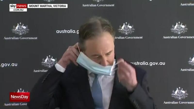Призывающий носить маски глава Минздрава Австралии не смог ее надеть с первого раза