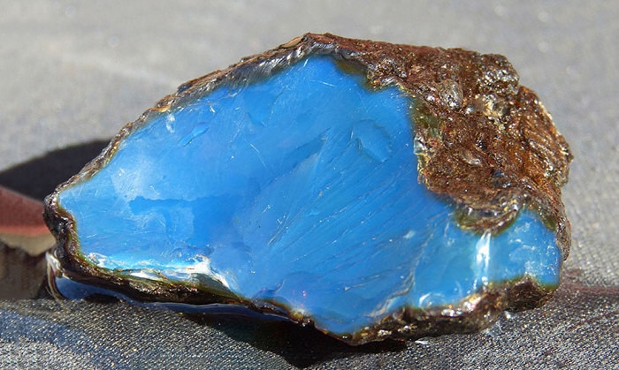 Натуральный голубой янтарь, добытый в Доминиканской Республике