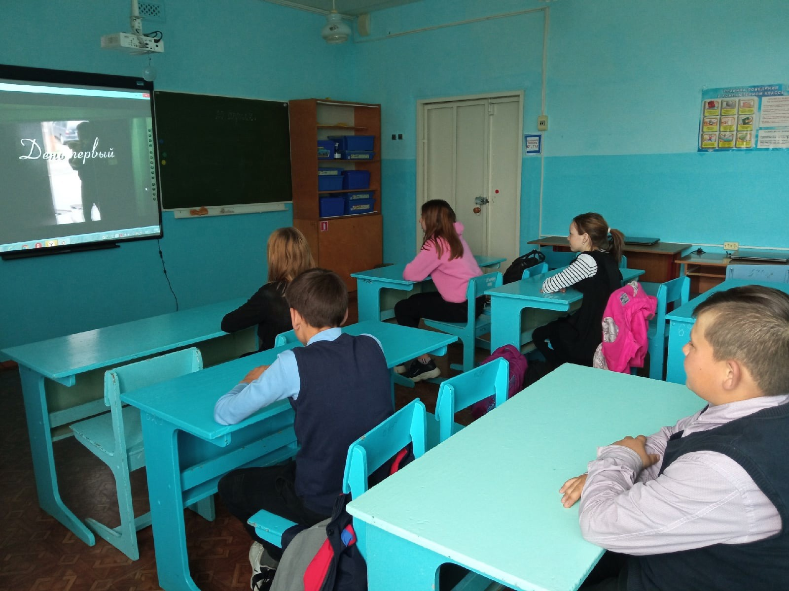 """Обучающиеся 7 класса смотрят кино """"День первый"""""""