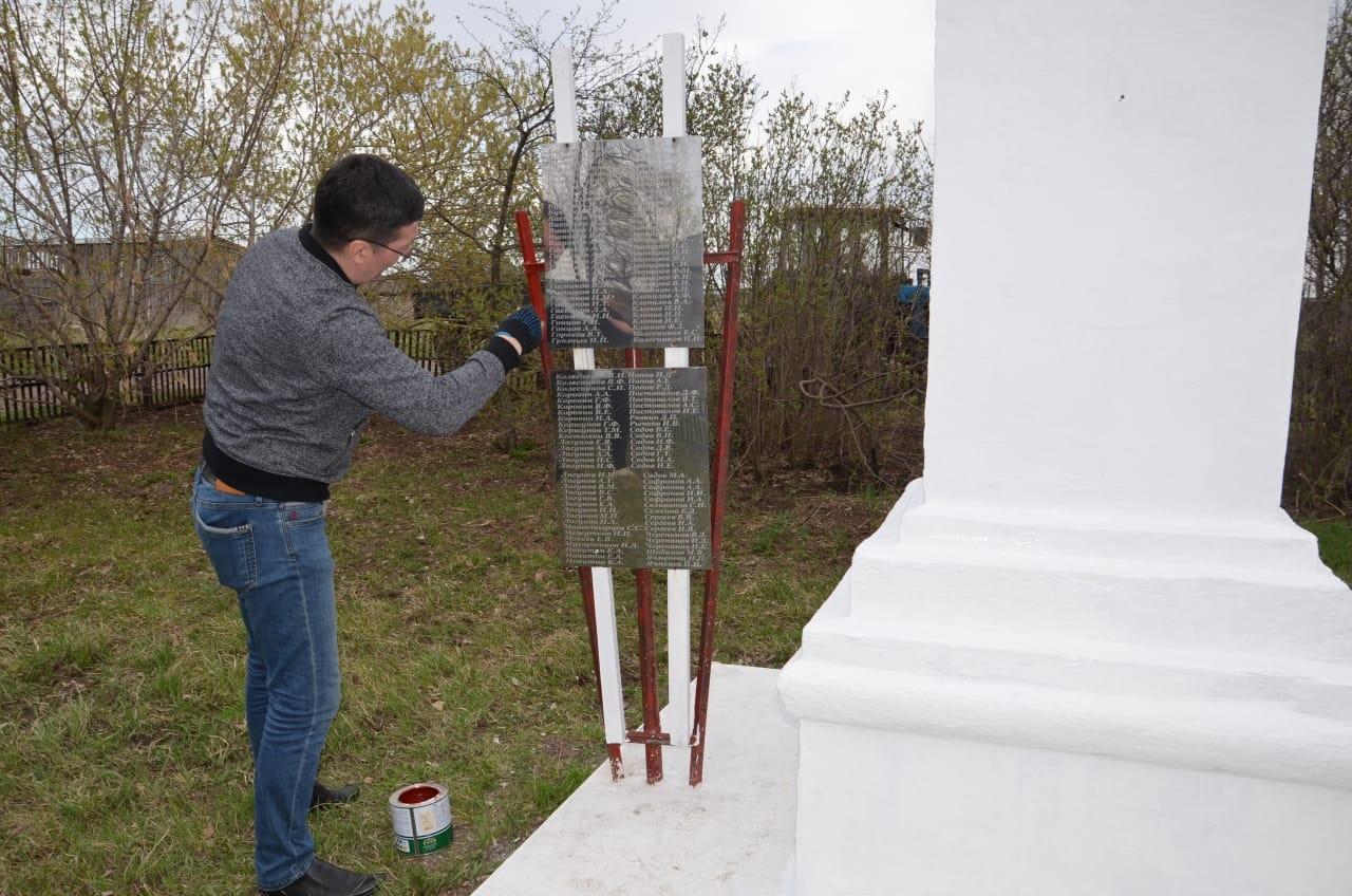 Андрей Кочеров привел в порядок памятник погибшим в годы Великой Отечественной войны в деревне Щучье Юргамышского района