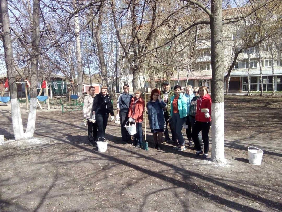 Коллектив финансового управления администрации Петровского района привёл в порядок сквер на площади Ленина