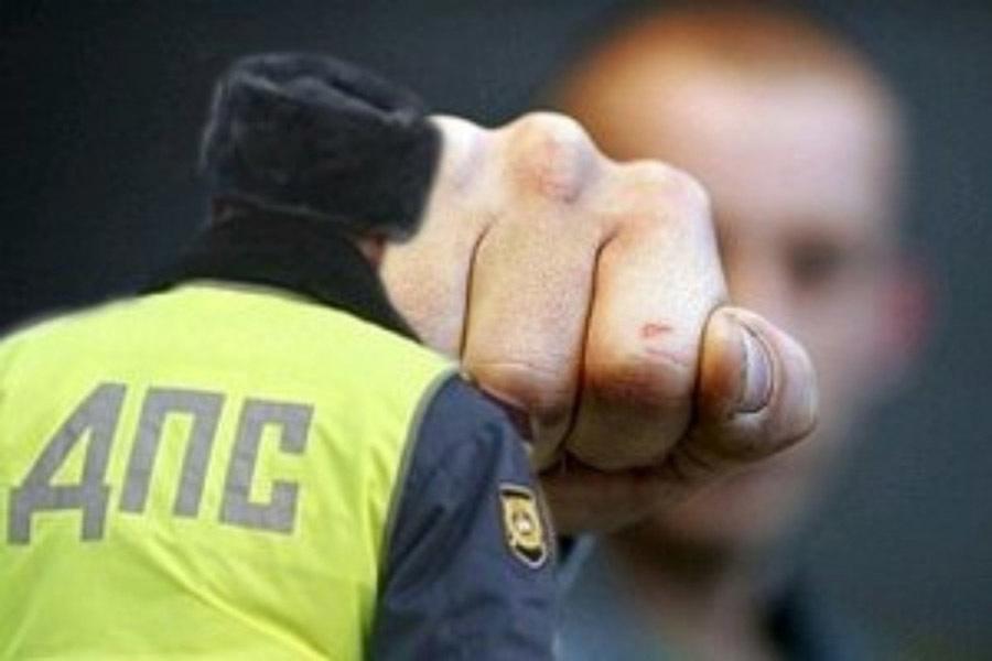 В КЧР автоинспектор избил представителей власти