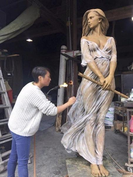 Скульптор Лу Ли Рон со своими произведениями из бронзы