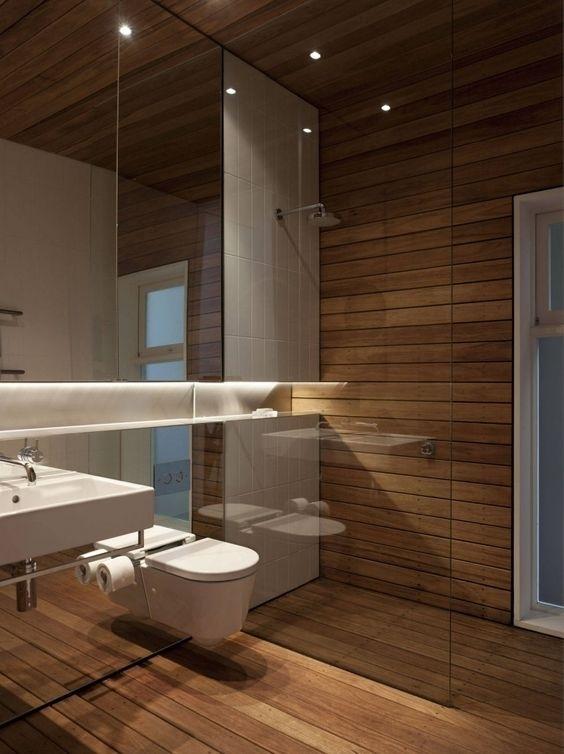 Зеркальная стена в санузлах, расширяющая небольшие помещения.