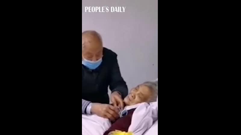 Chồng chăm vợ bị nhiễm virus Corona