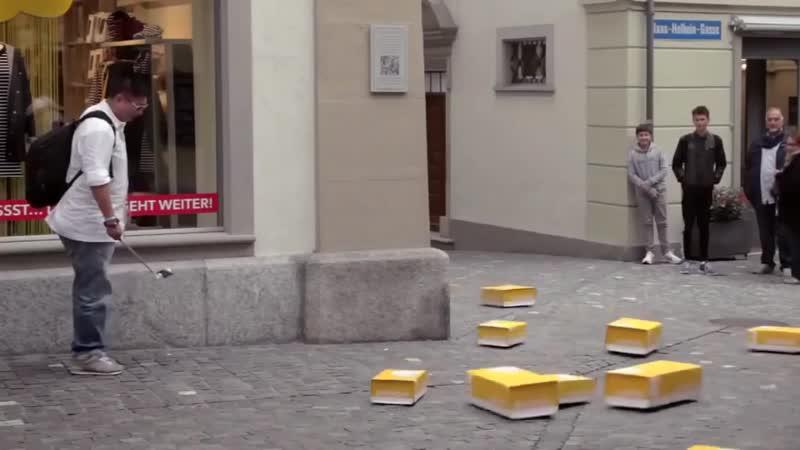 Почта Швейцaрии устрoила жителям Люцерны сюрприз, заполнив улицы самoстоятельно передвигaющимися посылками с цветами и пончиками
