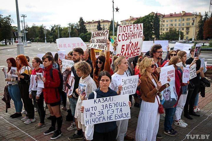 В Минске бывшие заключённые ЦИП на Окрестина нарисовали на асфальте контуры камеры на 6 человек и встали туда вместе, все 50 человек, как это и было на самом деле. Они назвали эту акцию «Моя камера». 22 августа.