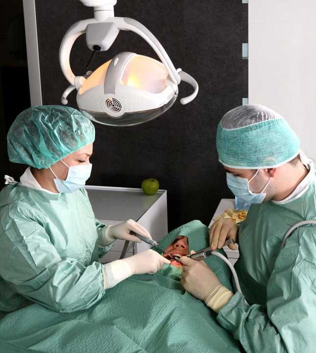 Тяжелый прикус II класса может потребовать хирургического лечения.