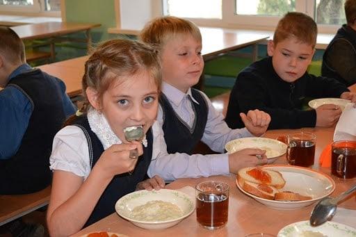 """Утверждены новые требования к организации питания в школах. Об этом сообщила """"Российская газета"""""""