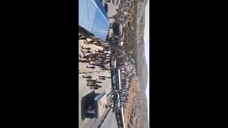 30.08.19 - Много арабов собралось у погранперехода Баб аль-Хава с требованиями пустить их в Турцию. Съемка с крыши этого КПП