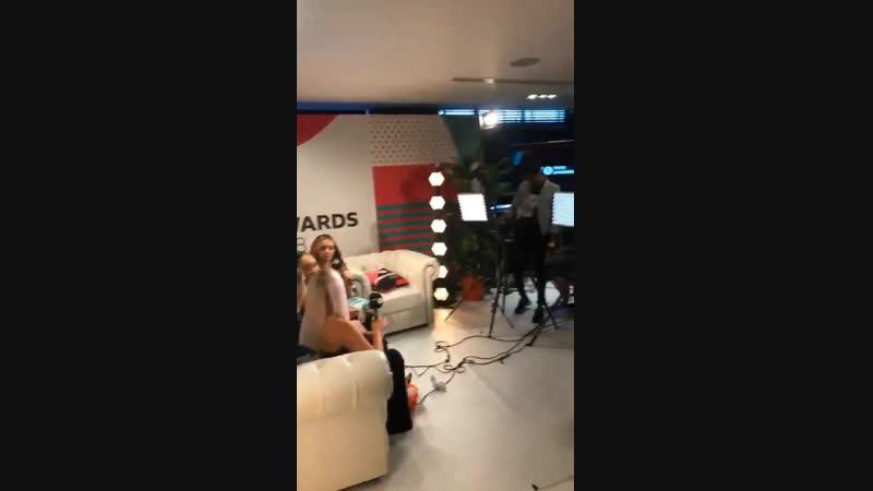 Little Mix siendo entrevistadas por @BBCR1 en backstage @LittleMix (1)