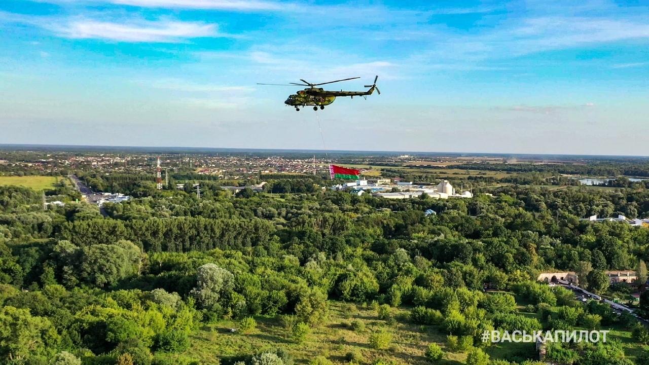 ВаськаПилот гонялся за вертолётом и попутно наснимал нам митинг в крепости сверху