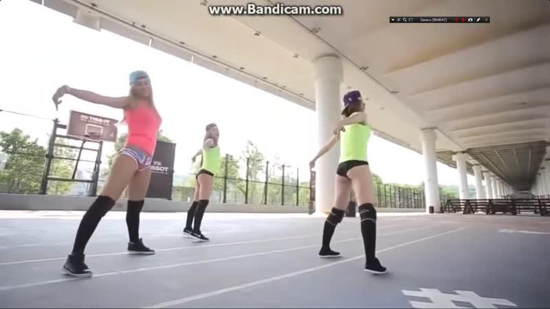 Классные девушки танцуют тверк