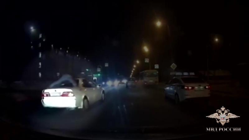 Три километра сотрудник уголовного розыска проехал на крыше автомобиля при задержании барсеточников