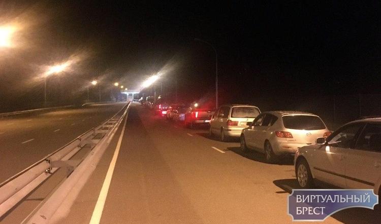 Белорусы пытаются успеть съездить в Польшу до закрытия границы — в пунктах пропуска большие очереди
