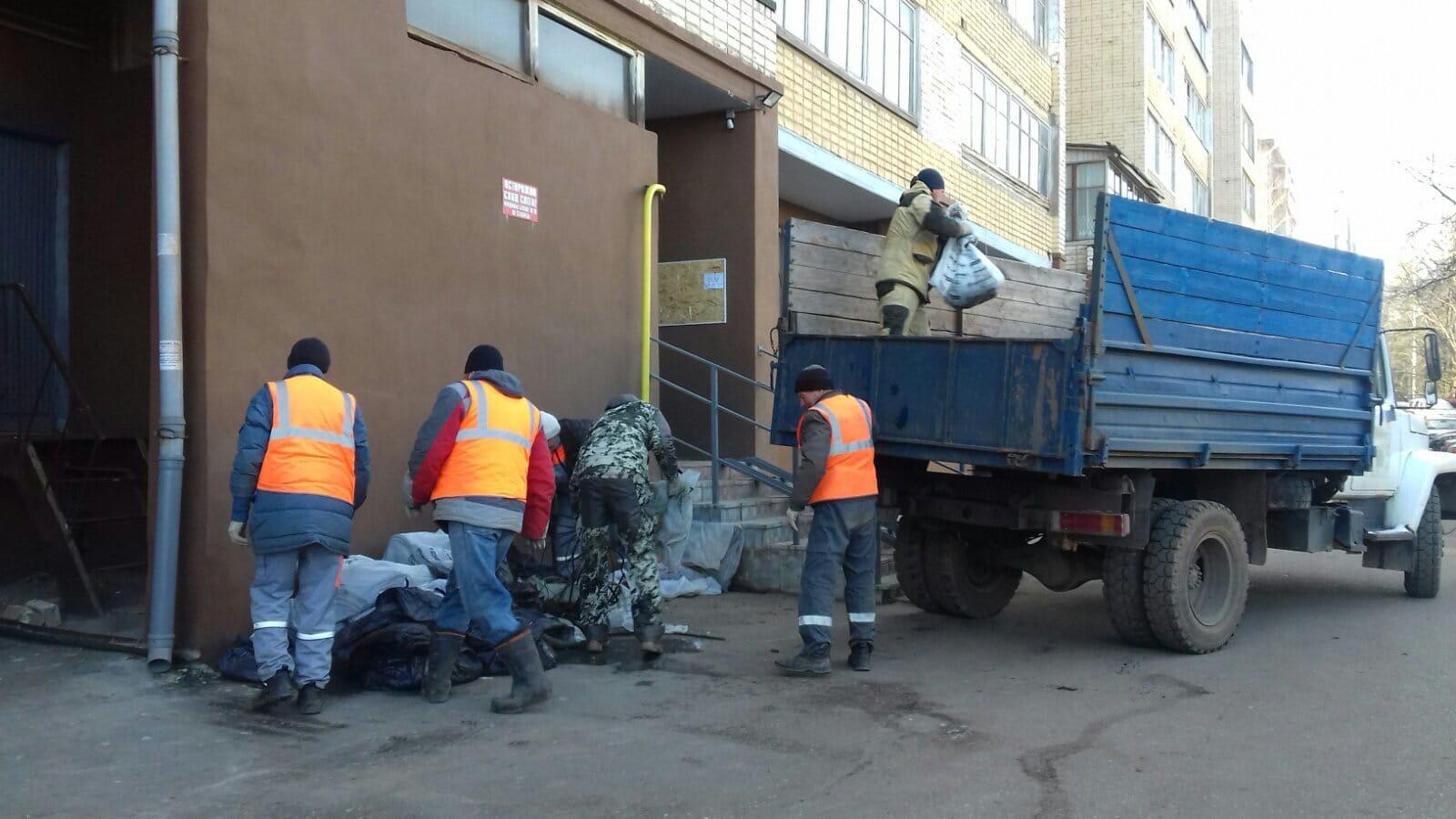 Ул. Кольцова, 22. Вывоз мусора после очистки