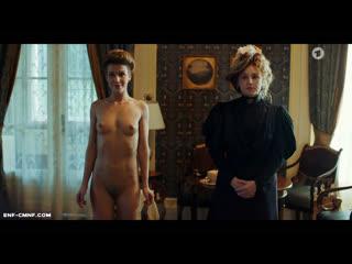 Голая среди одетых, застукана голой, ENF-отрывок из немецкого телесериала